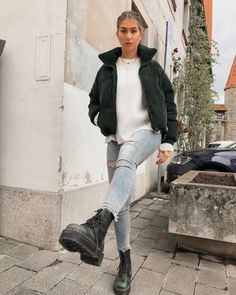 Girl in jeans and dr martens doc martens Trendy Fall Outfits, Casual Winter Outfits, Winter Fashion Outfits, 90s Fashion, Winter Fashion Tumblr, Winter Night Outfit, Girl Fashion, Daily Fashion, Trendy Fashion