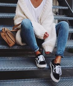 how to wear - perfect fall outfit ideas - everyday casual city outfits - classic vans outfit - cute white tee look - denim capri pants - chunky oversized cardigan - comfy and cozy layers - fall fashion Cute Fall Outfits, Fall Winter Outfits, Autumn Winter Fashion, Casual Winter, Simple Casual Outfits, Casual Weekend Outfit, Winter Outfits For School, Casual Clothing Style, Summer Outfits