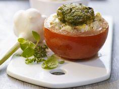 Tomate mit Füllung und Kräuterhaube ist ein Rezept mit frischen Zutaten aus der Kategorie Fruchtgemüse. Probieren Sie dieses und weitere Rezepte von EAT SMARTER!