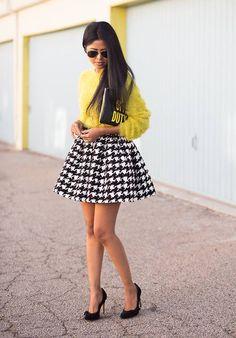 Comprar ropa de este look: https://lookastic.es/moda-mujer/looks/jersey-con-cuello-barco-falda-skater-zapatos-de-tacon-cartera-sobre-gafas-de-sol/2775 — Cartera Sobre de Cuero Estampada Negra — Falda Skater de Pata de Gallo Negra y Blanca — Zapatos de Tacón de Ante Negros — Gafas de Sol Negras — Jersey con Cuello Barco de Angora Amarillo
