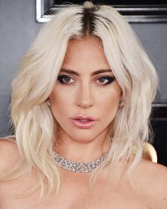 The Best Beauty Looks From the GRAMMYs Red Carpet 2019 Lady Gaga looked artfully undone, with piecey tousled hair at the 2019 GRAMMYs Related Ombre Acryl Nägel Acryl Nagel Ideen Sarg Nagel Beste Lidschatten - carb Eierlasagne - Einfach und super schnell Lady Gaga Hair, Lady Gaga Makeup, Fotos Lady Gaga, Elf Make Up, Crop Haircut, Lady Gaga Pictures, Tousled Hair, Laura Geller, Beautiful Celebrities