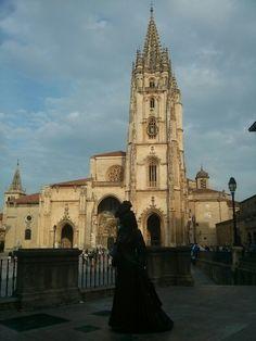 Estatua de La Regenta con la Catedral de Oviedo de fondo. #EuropeosViajeros #Oviedo #España #Spain #Europe #Viaje #Travel #Turismo #Tourism