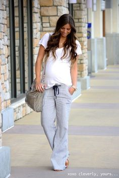 love the relaxed pant and white t.  AND PURSE!  What a cute baby bump! #cutematernityclothes