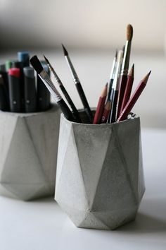Pencil cups / vases made of concrete- Stiftebecher/Vasen aus Beton Pencil cups / vases made of concrete - Concrete Crafts, Concrete Art, Concrete Projects, Concrete Design, Diy Projects, Pencil Cup, Vases Decor, Diy And Crafts, Easy Diy