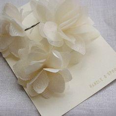 """En cherchant comment faire moi-même des jolies fleurs en tissu pour mes petites demoiselles d'honneur, je suis tombée sur le site de """"Handle & Spout"""" qui m'a conquise ! Du coup, j'hésite car je n'ai toujours pas trouvé de tuto pour créer mes propres fleurs..."""