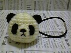 crochet ponytail holder, use cover button Crochet Panda, Crochet For Kids, Diy Crochet, Crochet Crafts, Crochet Projects, Crochet Hair Clips, Crochet Hair Styles, Crochet Hair Accessories, Diy Hair Accessories