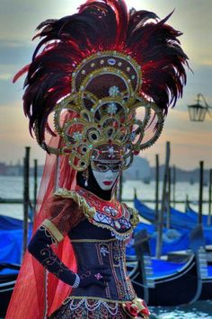 Truly elaborate headdress with this mask. Photo by Claudia Gadea… Venetian Costumes, Venice Carnival Costumes, Mardi Gras Carnival, Venetian Carnival Masks, Carnival Of Venice, Masquerade Costumes, Venetian Masquerade, Masquerade Party, Carnival Dress
