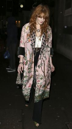 Spotted in London, Florence Welch in a Gucci Spring Summer 2016 pink oriental screen printed coat by Alessandro Michele. Moda Boho, Florence Welch Style, Moda Kimono, Gucci Kimono, Looks Style, My Style, Jeanne Damas, Jane Birkin, Estilo Boho