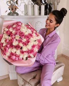 Basket Flower Arrangements, Beautiful Flower Arrangements, Pink Flowers, Beautiful Flowers, Kristina Krayt, Girls With Flowers, Barbie Life, Casual Fall, Aesthetic Girl