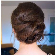 Zdjęcie numer 2 w galerii - Najmodniejsze fryzury na wesele i ślub. Zobacz najciekawsze upięcia dla długich i krótkich włosów