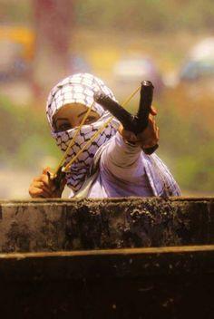 une jeune et courage fille affronte l'ennemi  armé jusqu'au dents   avec un moyen basique mais redoutable : la pierre !