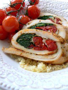 Roladki z kurczaka z jarmużem, suszonymi pomidorami i mozzarellą, zapiekane z pomidorkami koktajlowymi | chlebem i solą