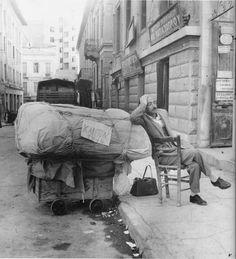 1950 - 1965. Το κατάστημα έκλεισε. Για καλό και για κακό υπάρχει κι' ο αριθμός αδείας. Ο μικροπωλητής παίρνει κι' έναν υπνάκο.