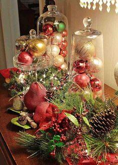 décoration de table pour Noël  avec des boules décoratives