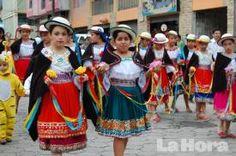 DESFILE. Las niñas del plantel presentaron diversas danzas. ecuador