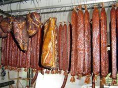 Důležité rady pro uzení, způsoby uzení, jaké maso je vhodné udit ... prostě zde se dozvíte vše o uzení ryb, vepřového, telecího a jehněčího masa a zvěřiny. Přečtete si, že konzervačního účinku uzení využijete i při výrobě salámů a klobás. V této rubrice najdete prostě mnoho tipů a triků, jak si vyudit ten nejlepší masný výrobek na váš stůl. Smoking Meat, Sausage Recipes, Food 52, Food To Make, Homemade, Cooking, Cheese, Cold Cuts, Straws