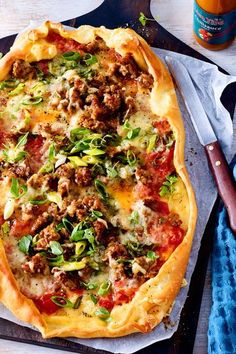 Much nicer than kebab: Turkish hack pizza - Brilliant! The hack for the Turkish pizza does not have to be fried, but bakes as a topping. The af - Quiches, Snacks Pizza, Crockpot Recipes, Vegan Recipes, Sauce Pizza, Canned Blueberries, Vegan Scones, Scones Ingredients, Brunch