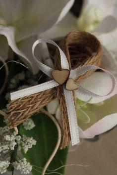 Jutový vývazek se špendlíkem / Zboží prodejce DekoLuLu | Fler.cz Chocolate Decorations, Projects To Try, Wedding Decorations, Table Settings, Bouquet, Valentines, Bows, Candles, Bridal