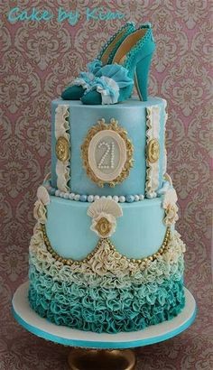 So Pretty Cake I'd love for this to be my wedding cake with a little decorative alterations ;)