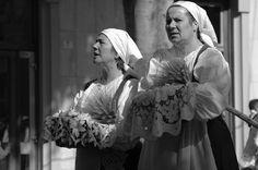 Donne in costume sardo alla processione di Sant'Efisio in Cagliari   #TuscanyAgriturismoGiratola