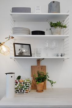 String System shelves by Nils Strinning from String Furniture, Essence wine glasses by Alfredo Häberli and Kartio glasses by Kaj Franck from Iittala, Thermos by Erik Magnussen from Stelton and Code basket by Ola Wihlbord from Asplund | Perfekt disponerat med gott om förvaring