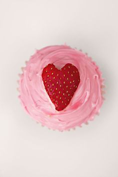 valentines day cupcakes // pink frosting and a strawberry. Valentine Day Cupcakes, Heart Cupcakes, Valentines Day Food, Love Cupcakes, Valentine Treats, Holiday Treats, Holiday Fun, Sweet Cupcakes, Valentine Cards