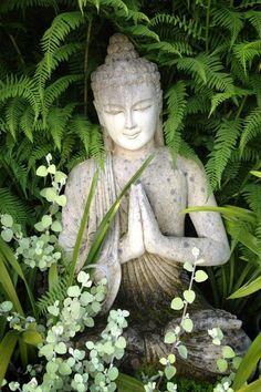 déco de jardin zen, statue boudhha pour le jardin, broussailles vertes, decoration exterieur