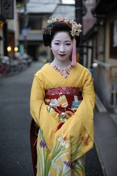 The maiko Mamekiku with both lips painted! Your thoughts about it? :D (Source)