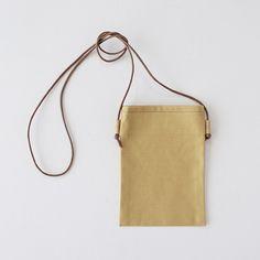 布1枚で作る、簡単スマホショルダーポーチ(ポシェット)の作り方 | nunocoto fabric Leather Bags Handmade, Handmade Bags, Korean Bags, Japanese Sewing Patterns, Fabric Bags, Fashion Sewing, Design Crafts, Bag Making, Mini