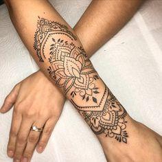 Tatuadores para você agendar sua tatuagem (2021)! - Blog Tattoo2me Dope Tattoos, Hand Tattoos, Flower Tattoos, Body Art Tattoos, Sleeve Tattoos, Tattos, Forearm Mandala Tattoo, Mandala Tattoo Design, Tattoos Mandalas