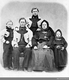 Familiegruppe med mann, kvinne og tre barn i atelier Halvor H. Uvdal m. Family Portraits, Norway, Museum, Movies, Movie Posters, Art, Atelier, Family Posing, Art Background