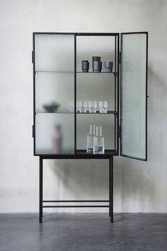 Haze Vitrine fra ferm LIVING i samarbejde med Says Who. Skabet kan bruges på badeværelset til stilfuld opbevaring af skønhedsprodukter eller som et moderne islæt i spisestuen til opbevaring af bordservice mv.