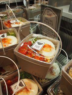 Japanese supermarket- takeaway salads in a cute, but efficient 'basket' //NB-Atıştırmalık tarifler - Las recetas más prácticas y fáciles Salad Packaging, Takeaway Packaging, Food Packaging Design, Sandwich Packaging, Packaging Ideas, Cute Food, Good Food, Yummy Food, Food Truck