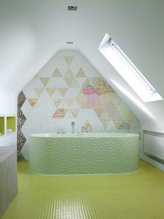 Sleek Bathroom with Geometric Wallpaper - Modern Bathroom Wallpaper Geometric, System Wallpaper, Wallpaper Ideas, Stunning Wallpapers, Contemporary Wallpaper, Deco Design, Wall Design, Color Tile, Amazing Bathrooms