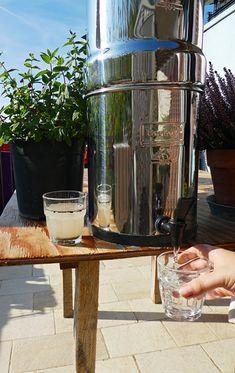 Vodní filtry Berkey jsou unikátní v tom, že pomocích svých filtrů z vody odstraní všechny škodliviny a zároveň v ní zanechají důležité minerální látky. Tím se absolutně liší od ostatních filtračních systémů. Další plus je také to, že celé zařízení je velice skladné, přenosné a nevyžaduje složitou údržbu nebo využití elektrické energie. Ve své podstatě jej můžete umístit kamkoliv nebo jej použít kdekoliv, ať už doma nebo venku. French Press, Coffee Maker, Kitchen Appliances, Coffee Maker Machine, Diy Kitchen Appliances, Coffee Percolator, Home Appliances, Coffee Making Machine, Coffeemaker