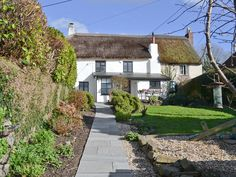 This pretty, adjoining, thatched holiday cottage is peacefully located next to the historic church.