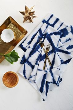 Shibori Tie-Dye Cloth Napkin Tutorial Shibori is a much more exciting and ancient version of the tie-dye fun we all had at summer. Tie Dye Tutorial, Diy Projects To Try, Craft Projects, Shibori Tie Dye, Cloth Napkins, Diy Tie Dye Napkins, How To Dye Fabric, Dyeing Fabric, Artisanal