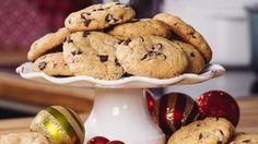 Dette er deilige, amerikanske chocolate chip cookies som får en myk konsistens fordi de lages med både hvitt sukker, brunt sukker og sirup. Revet appelsinskall, vanilje og sjokolade gir den gode smaken!    Tips 1: Denne deigen virker bløt når den er nylaget, men den blir fastere av å ligge i kjøleskapet innpakket i plast til dagen etter.     Tips 2: Cookiesene kan oppbevares i tett kakeboks. De er også veldig fine å fryse.     Oppskrift: Kristine Ilstad / Detsøteliv.no    Foto: Ole Martine…