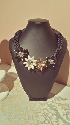 collar cordon de seda negro con flores de perlas y cristal facetado