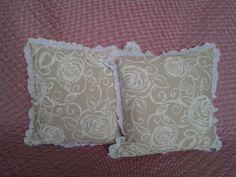 cuscini in cotone stampato con ruches di pizzo sangallo http://elbichofeo.blogspot.com https://it-it.facebook.com/pages/Bicho-feo/382736388432736?sk=map&activecategory=Foto&session_id=1334324293