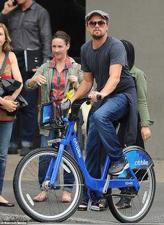 Leonardo DiCaprio #vaping on an #ecig in public.  VISÍTANOS EN http://e-cigsinternational.com/blog/distribuidor-de-cigarrillos-electronicos/