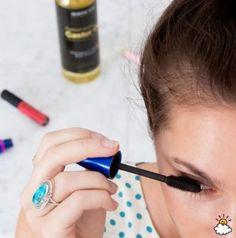 Faire pousser les cils/sourcils:  Rien de mieux pour faire pousser les cils et les sourcils: Récupérez une vielle brosse à mascara et nettoyez-la à fond. Servez-vous en pour appliquer l'huile de ricin sur les cils/sourcils matins et soirs. Vous pouvez également l'utiliser comme substitut au mascara.