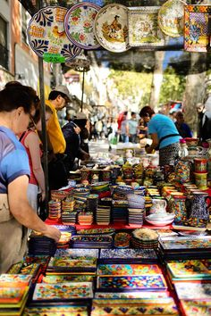 Spain Travel Inspiration - Shop at El Rastro Market (21 Remarkable Things to Do in Madrid Spain).                                                                                                                                                                                 Más