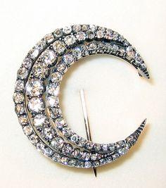 From Antique Jewelery broaches add sparkle to casual coats I Love Jewelry, Jewelry Box, Jewelry Accessories, Jewelry Making, Jewlery, Vintage Brooches, Vintage Rings, Antique Jewelry, Vintage Jewelry
