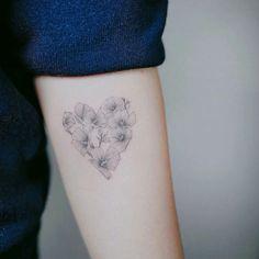 tatouage-cœur-fleurs-style-minimaliste-avant-bras-femme