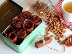 Evde harika meyve pestilleri yapabilirisniz. Az şekerli, bol lifli, çook sağlıklı. Artık bizim evin favorisi oldu :) Erik Pestili...