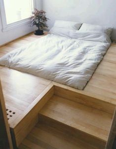 Platform bed. This looks so cool. I like how the bed is flat to the floor.