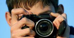 A química na fotografia. Muitas pessoas pensam que o filme fotográfico é simples. Você carrega o filme na câmera e tira fotos, certo? Embora o processo de tirar uma foto pareça simples, dentro da câmera e no laboratório de fotografia ocorre um processo químico complexo. Aprender mais sobre esse processo ajudará a entender o quão especial é tirar uma fotografia.