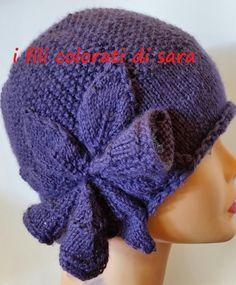 Gorro de lana violeta hecho de punto con un di ifilicoloratidisara