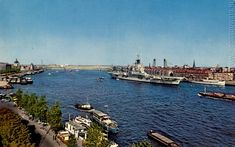 Links het Witte Huis, rechts Noordereiland met vliegdekschip, in Kralingen is niets te zien (1962).